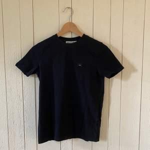 Svart t-shirt från Acne Studios. Bra skick. Något smalare i ärmarna än vad som är standard för en t-shirt. Originalpris: 900:-. Originalkartong och påse fås med men då ökar frakten också till 79:-!