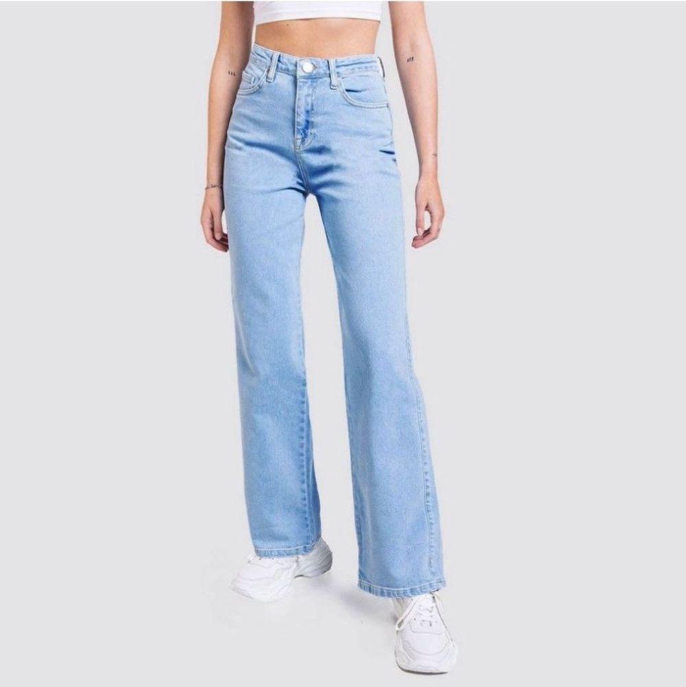 Lånade bilder 💖💖 ett par ursnygga vida blåa jeans från Madlady. Använda en gång. Nypris 600kr. 300kr bud annars 400kr snabb affär! . Jeans & Byxor.