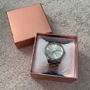 Säljer min super fina klocka som knappt är använd! Använder inte klockor längre! Från regel! Super snygg! Köpt för 400kr