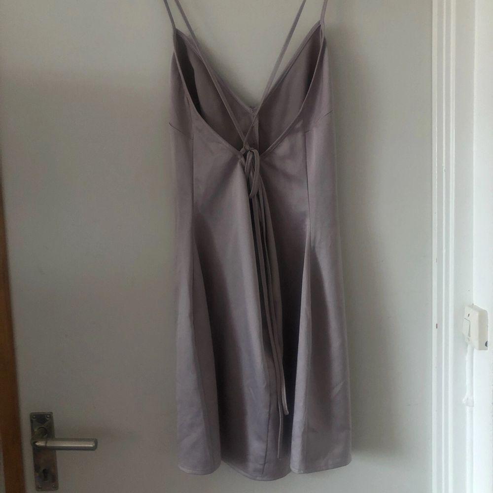 Kan använda som vanlig klänning med. Från missguided. I fint skick men knappt använd. Storleksmässig passar S-M. Mått 57-58 cm. Betalning sker via swish. . Klänningar.