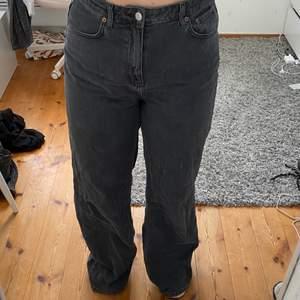 Superfina jeans från weekday i modellen Ace, färgen heter night black och är slutsåld. Tyvärr är dessa för stora för mig och det är därför jag säljer. Köparen står för frakten.