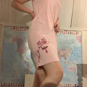 Rosa klänning som funkar som nattlinne och som en söt klänning i andra sammanhang💖 Vet ej storleken men skulle säga passar XS-M💖