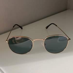 Ett par solglasögon som är använda ungefär 3 gånger då dem inte passade min ansiktsform💕dem är som nya, inga repor eller något alls💕när man köper dem så kan man få köpa till ett medföljande fodral för dem som vill det men det är +20 kr för fodralet. Frakten blir även dyrare då