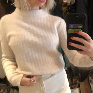 Super fin tröja i ull från Stockholm lm som inte kommer till användning. Bra kvalité och passar till mycket. Frakt tillkommer.                                                                                   Nypris: 1200kr