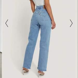 Blåa Levi's Jeans i stl W29 L29! Dom sitter väldigt fint på mig som är 170cm lång samt brukar ha S/M i byxor, dock är de något korta! Väldigt fint skick då de är oerhört sparsamt använda💙 orginalpris: 1 099kr mitt pris: 400kr +frakt