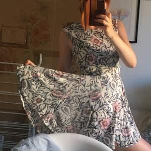 Härlig bekväm sommarklänning med mycket vidd i kjolen!!😊