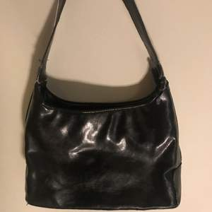 Skit snygg väska, perfekt storlek där man får plats med mycket men den är inte för stor