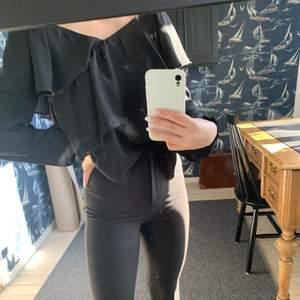 En fin blus från Gina tricot, är ett lite genomskinligt tyg med volander. Super fin!