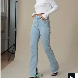 Raka blåa jeans med slits från nakd, Hanna schönbergs kollektion, nypris 549kr. Storlek 32, stretchiga i materialet så passar också om man har 34. Så fint skick. Klippt de en bit då de var långa på mig. Jag är 167 och de är 78cm i innerbenslängd och passar mig perfekt. Köparen står för frakten. Jag står inte för postens slarv!