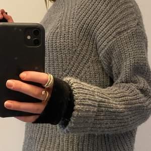 Jag säljer en jätte skön grå stickad tröja som inte sticks.      Säljer den för 120kr + frakt