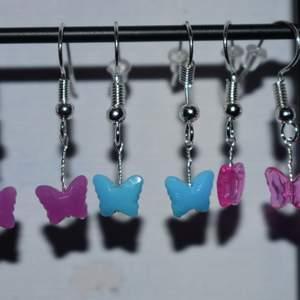 Handgjorda örhängen med fjärilar, finns i lila, blå eller rosa. De tillverkas vid beställning och är därmed helt oanvända. 40kr st eller paket med alla tre par för 80kr :))