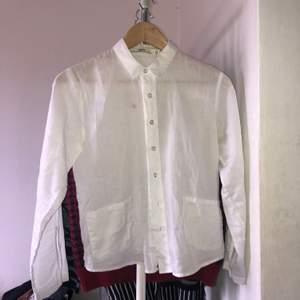 Vit skjorta från Hope, i väldigt bra skick förutom en fläck framtill. Ska peova att köra den i tvätten och se om det går bort. Annars funkar nog fläckborttagning<3Frakt tillkommer<3