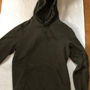 En HM Relaxed Fit Hoodie i strl S Khair Grön/mörkgrön. Använd endast 2 gånger, mycket gott skick och felfri. Nypris: 200kr