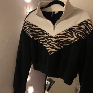 Säljer denna superfina tröjan med zebra mönster❤️ Säljs pågrund av att den tyvärr har blivit för liten för mig! Kontakta för mer info ☺️