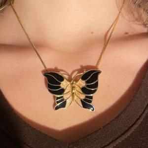 """supergulligt somrigt """"guld""""halsband med en stor fjäril. vet inte vart det är ifrån eftersom jag köpte det på röda korset:/ (skriv privat för frågor)"""