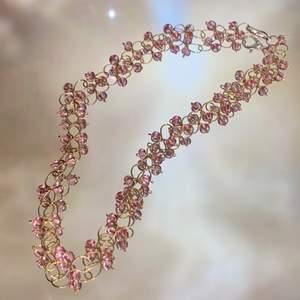 Ett handgjort halsband mer rosa glaspärlor❣️ spänner är försilvrat, och frakten ingår i priset❣️                                                                                ————————————————————————— Jag kan göra specialbeställda smycken, det är bara att höra av dig❤️🌟 ————————————————————————— Kika gärna in på min profil, säljer en massa olika handgjorda smycken💃🏼 perfekt till dig själv eller i present till någon❣️✨