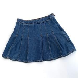 Superfin tenniskjol i jeansmaterial! Storleken är 160 barnstorlek men för stor för mig som vanligtvis har 34/36 så skulle nog säga att den motsvarar en small. Har sett liknande på zara så passa på att fynda denna till billigare pris ;)