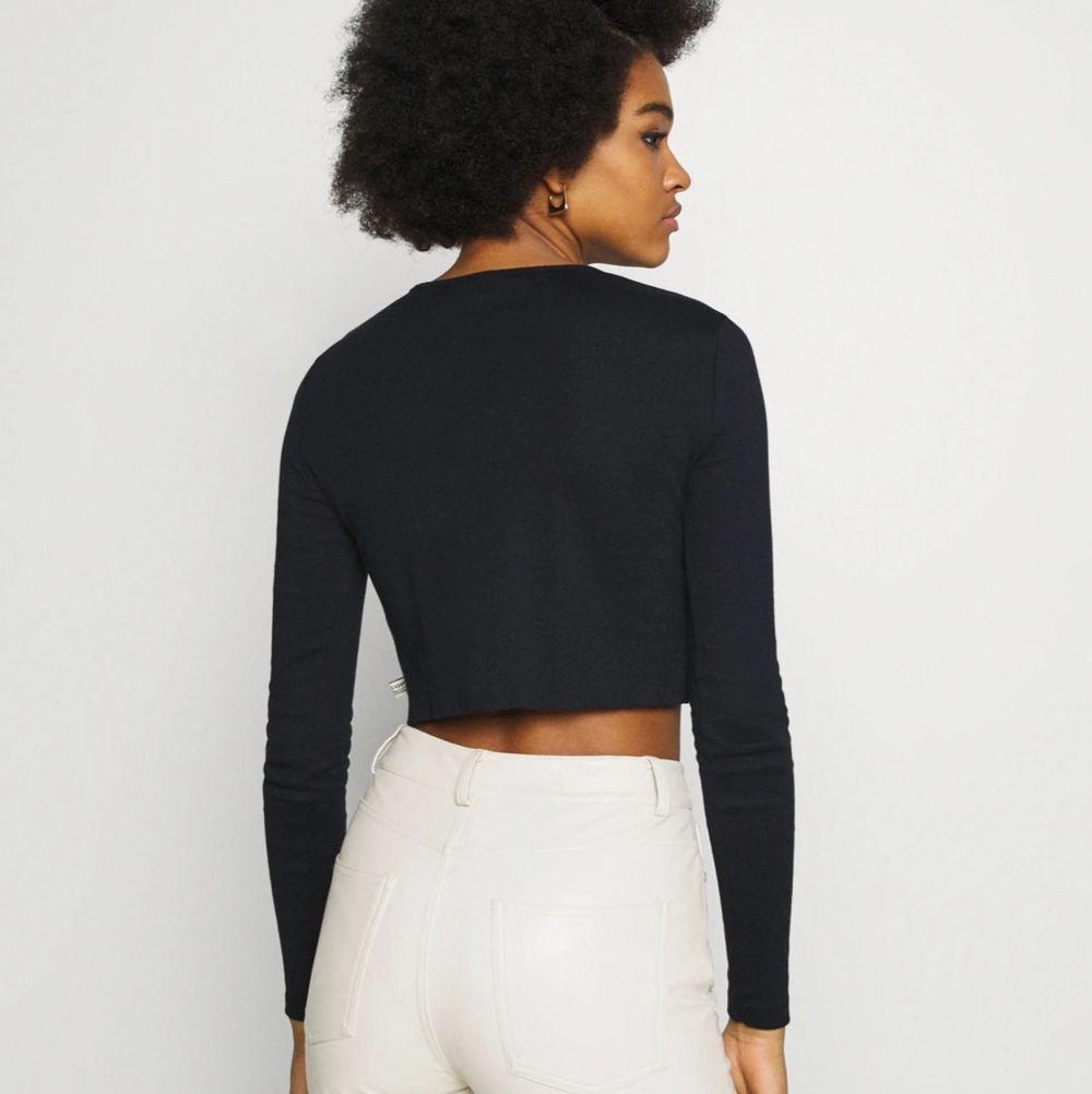 svart tröja med knappar, använda fåtal gånger och är i bra skick ☺️ osäker på frakten ännu!! . Toppar.