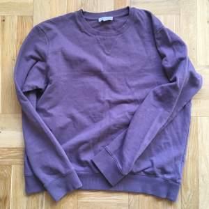 Sweatshirt från Cos i storlek M, passar på S med om man inte vill ha den tajt. Superfin lila som blåbär blandat med mjölk! Den är i fint skick! 100% bomull.
