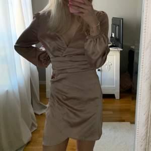 Säljer denna superfina och festliga klänningen från Boohoo som är i stolek 36. Jag säljer för att den är lite för stor för mig tyvärr. (Den är aldrig använd). Det är även en dragkedja bak i ryggen, (den syns inte utanpå.  Klänningen passar perfekt till festliga sammanhang💖💖💖💖pris + frakt, skriv för mer bilder 💖💖