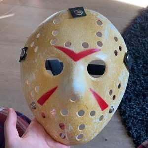 Jason the killar mask som jag endast använt som prydnad i mitt rum. Säljer den så jag tröttnat på den haha