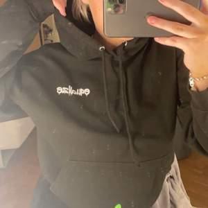 Superfin hoodie med as ballt tryck på ryggen, men kommer tyvärr inte till användning längre! Går inte att få tag på längre. Frakten ligger på 57kr och är spårbar!