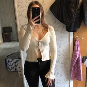 Jättefin tröja från NLY-trend, helt ny och aldrig använd. Slits i slutet på båda ärmarna och öppen nertill. Har klippt bort lappen men var inte min stil. Står XS men passar S. Frakten ingår i priset. ❣️