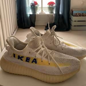 Sjukt coola och unika skor med IKEA-logga på! Köpta second hand i England, så vet ej vart de är ifrån. Storlek 37. Kan skickas men köpare står då för frakt! ✨ kolla gärna in mina andra annonser!