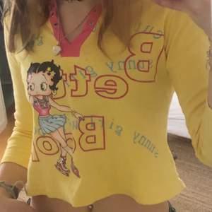 Jätte fin y2k Betty Boop tre-kvarts tröja. Köpt på plick men kom aldrig till mycket användning för mig. Passar bra på mig med S. Pris kan diskuteras Fråga gärna om ni undrar nåt❤️