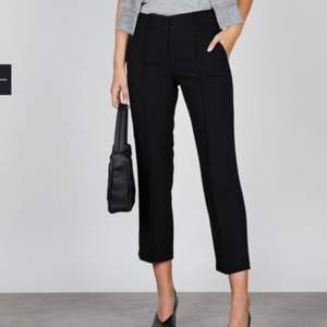 Svarta kostymbyxor i storlek M från stylein. Knappt använda, vid 5 tillfällen bara så fortfarande i väldigt fint skick! Modellen heter Ben. Nypris ca 1500:-