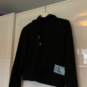 Svart croppad hoodie från Calvin Klein Jeans❤️strl xs men passar även mig som s!