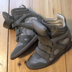 Jag har haft dessa i ungefär två år, men använt dem högst 10 gånger. Inget synligt slitage. Skorna är i strl. 41, men observera att de är små i storleken. Älskar dessa skor men har ett annat par i en annan färg som jag använder mer, och dessa måste därför bort. Nypris 4 400kr.