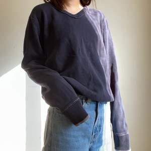 Jättesöt stickad tröja. Lite urtvättad i färgen men fortfarande väldigt fin. Köparen står för frakten💕