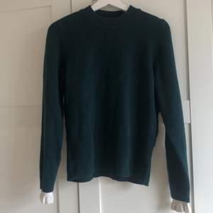 Stickad tröja med 47% ull. Garanterad äkta köpt i deras butik på biblioteksgatan. Nypris: ca 1700