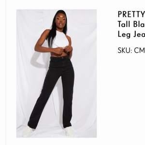 Pretty Little Thing svart jeans - straight leg - Används aldrig och prislappen fortfarande på 💘 modellen är 172 cm 💕 om många är intresserad så blir det budgivning 🤎 180kr + frakt