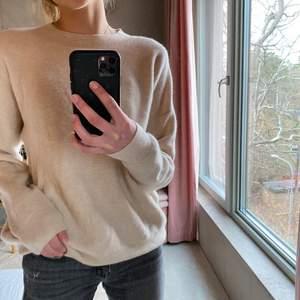 Jättefin tröja i Kashmir från soft goat, väldigt bra skick och är knappt använd💕 nypriset är 2000kr