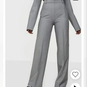 Grå kostymbyxor från Envii, strl S. För långa på mig som är runt 160. Dom passar förmodligen bäst på någon som är runt 170.