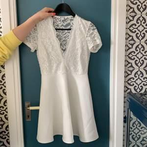 Super fin oanvänd klänning från Nelly, perfekt till exempelvis studenten