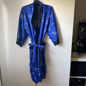 Kimono som går att vända ut och in för att den ska bli svart med en broderad drake på ryggen, fri frakt✨