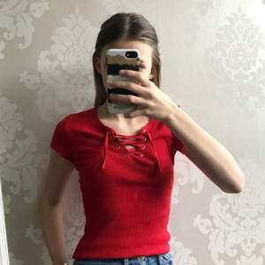 En supersnygg röd tröja med en snygg korsning 🤩 Skriv vid intresse eller för fler bilder  Börja buda!