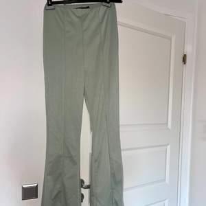 Gröna utsvängda kostym byxor med slits. Dem är oanvända och i Tall modell. (Funkar på medellängd med).  HAR 2 STORLEKAR: 38 & 40