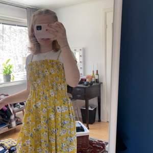 Söt gul klänning!! 🌞 Fint med en t-shirt under. Jag är 160 lång och den slutar strax över knäna på mig!