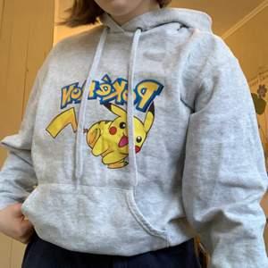 Supergullig Pokémon Hoodie! Säljer pga att den inte kommer till användning💗. Köpare står för frakt, pris går att diskuteras! Kontakta mig för fler bilder/frågor💕