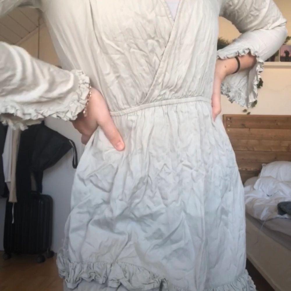 Superfin oanvänd klänning i ljusgrå/grön färg från Linn ahlborgs kollektion med NAKD. Den är i storlek 36 och är därför för liten för mig🥺 köparen står för frakt🥰. Klänningar.