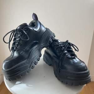 Säljer ett par eytys angel leather black skor i strl 39. Fint begagnat skick! Nypris ca 2800 kr. Gratis frakt!!!