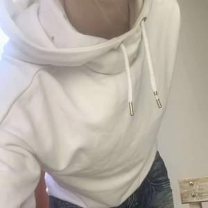 En fin vit hoodie som inte används! Lite sönder vid banden men inget man märker!Snabb affär❤️