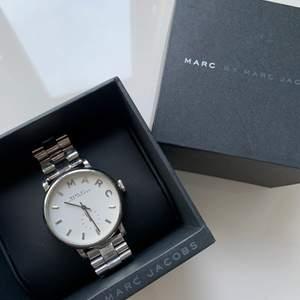 Säljer denna klockan i superfint skick, inga repor eller liknande. Finns tillbehör så man kan justera storleken.
