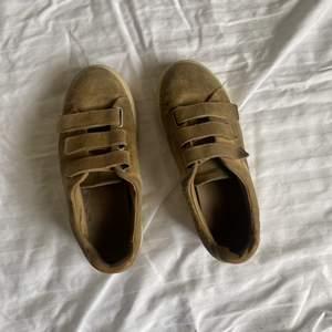 Sneakers i mocka från sandro Paris. Rätt andvända men fortfarande fina. Dustbag medföljer