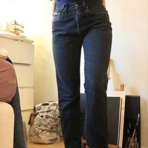 Vintage moschino jeans!🤩 Har använt dem ett tag men får tyvärr inte användning för dem längre. Den är i gott skick förutom lätt slitning på insida lår. Det är knappar i gylfen