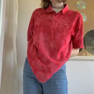 Vintage nike polo som jag bar blekt själv. Köpte den secondhand i Stockholm. Det står oversized på mig som är S. Jag älskar den, men den kommer inte till användning.